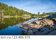 Купить «Зеленый лес и каменные берега на островах Карелии», фото № 23486515, снято 21 августа 2016 г. (c) Александр Никифоров / Фотобанк Лори