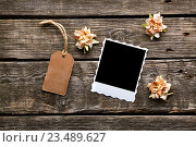 Мгновенное фото с ярлыком и цветами. Стоковое фото, фотограф ouh_desire / Фотобанк Лори