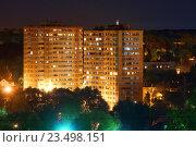 Купить «Вид на уютный многоэтажный многоквартирный жилой дом летней ночью в городе Тула, Россия», фото № 23498151, снято 28 августа 2016 г. (c) Илья Малов / Фотобанк Лори