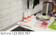 Кухонная столешница с продуктами для приготовления ужина. Стоковое видео, видеограф Кекяляйнен Андрей / Фотобанк Лори