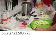Приготовление ужина в домашней кухне, нарезка кабачков. Стоковое видео, видеограф Кекяляйнен Андрей / Фотобанк Лори