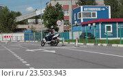 Купить «Мотоциклист выполняет упражнение на автодроме на мотоцикле, остановка у стоп линии», видеоролик № 23503943, снято 21 августа 2016 г. (c) Кекяляйнен Андрей / Фотобанк Лори