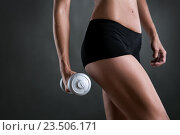 Купить «Стройная девушка в черных шортах держит в руке гантель», фото № 23506171, снято 4 сентября 2016 г. (c) Анатолий Типляшин / Фотобанк Лори