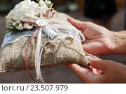 Обручальные кольца жениха и невесты лежат на специальной подушечке. Стоковое фото, фотограф Игорь Низов / Фотобанк Лори
