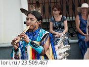 Уличное выступление музыканта в индейской одежде (2016 год). Редакционное фото, фотограф Евгений Талашов / Фотобанк Лори