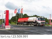 Купить «Бензовоз ПТК сливает топливо на заправке», эксклюзивное фото № 23509991, снято 18 августа 2016 г. (c) Александр Щепин / Фотобанк Лори
