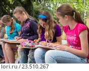 Купить «Группа детей рисует на природе», эксклюзивное фото № 23510267, снято 9 июня 2016 г. (c) Вячеслав Палес / Фотобанк Лори