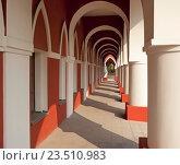 Здание с колоннами и арками. Стоковое фото, фотограф Сергей Панкин / Фотобанк Лори