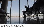 Жизнь в аэропорту, человек ожидает рейс. Стоковое видео, видеограф DPS / Фотобанк Лори
