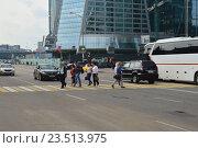 Купить «Люди переходят дорогу по пешеходному переходу. Пресненская набережная. Москва», эксклюзивное фото № 23513975, снято 12 сентября 2016 г. (c) lana1501 / Фотобанк Лори