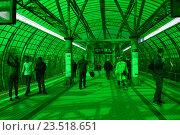 Купить «Пассажирская платформа станции «Деловой центр» Московского центрального кольца (МЦК)», эксклюзивное фото № 23518651, снято 12 сентября 2016 г. (c) lana1501 / Фотобанк Лори