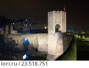 Купить «town with gate on bridge in night. Besalu», фото № 23518751, снято 15 октября 2018 г. (c) Яков Филимонов / Фотобанк Лори