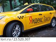 Купить «Желтое Yandex-такси на улице города», фото № 23520307, снято 13 сентября 2016 г. (c) Victoria Demidova / Фотобанк Лори