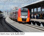 Люди выходят из поезда «Ласточка» на пассажирской платформе станции «Измайлово» Московского центрального кольца (МЦК) (2016 год). Редакционное фото, фотограф lana1501 / Фотобанк Лори