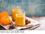 Купить «Свежий сок тыквы в стаканах», фото № 23530163, снято 16 октября 2015 г. (c) Елена Веселова / Фотобанк Лори