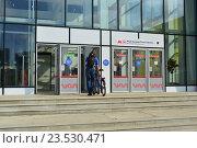 Купить «Вход в наземный вестибюль станции «Бульвар Рокоссовского» Московского центрального кольца (МЦК)», эксклюзивное фото № 23530471, снято 12 сентября 2016 г. (c) lana1501 / Фотобанк Лори