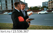 Купить «Два архитектора обсуждают свой проект с планшетным ПК», видеоролик № 23536367, снято 6 сентября 2016 г. (c) Алексей Собченко / Фотобанк Лори