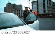 Архитектор выходит из машины и торопится на стройку. Стоковое видео, видеограф Алексей Собченко / Фотобанк Лори