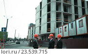 Купить «Три архитектора обсуждают недавно построенное здание», видеоролик № 23539715, снято 7 сентября 2016 г. (c) Алексей Собченко / Фотобанк Лори
