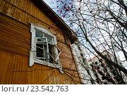 Окно ветхого дома на фоне строящегося дома (2015 год). Стоковое фото, фотограф Татьяна Руденко / Фотобанк Лори