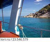 Купить «Катер плывет мимо одного из островов. Симиланы. Таиланд», фото № 23546579, снято 28 февраля 2015 г. (c) Александр Романов / Фотобанк Лори