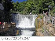 Искусственный водопад на реке Псырцха, Новый Афон, Абхазия (2016 год). Редакционное фото, фотограф Алексей Гусев / Фотобанк Лори