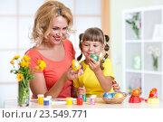 Купить «Happy mother and kid painting Easter eggs», фото № 23549771, снято 6 августа 2015 г. (c) Оксана Кузьмина / Фотобанк Лори