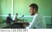 Купить «Бизнесмен, выступает на Конференции», видеоролик № 23559391, снято 9 сентября 2016 г. (c) Виктор Аллин / Фотобанк Лори