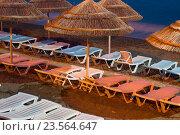 Пляж с соломенными зонтиками в ночное время. Стоковое фото, фотограф Наталья Саратова / Фотобанк Лори