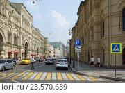 Купить «Москва. Улица Ильинка», эксклюзивное фото № 23570639, снято 27 июля 2016 г. (c) Елена Коромыслова / Фотобанк Лори