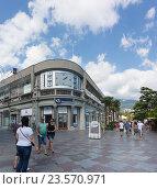 Купить «Электронные часы на набережной Ялты», фото № 23570971, снято 12 сентября 2016 г. (c) Наталья Гармашева / Фотобанк Лори