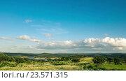 Купить «Пушистые облака над зеленым полем», видеоролик № 23571315, снято 22 сентября 2016 г. (c) Discovod / Фотобанк Лори