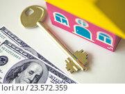Купить «Ключи от квартиры на фоне  денег», фото № 23572359, снято 28 мая 2014 г. (c) Сергеев Валерий / Фотобанк Лори