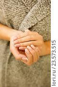 Купить «Женские руки с маникюром», фото № 23573515, снято 8 сентября 2016 г. (c) Екатерина Тарасенкова / Фотобанк Лори