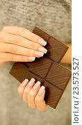 Купить «Женские руки держат кусочки шоколада», фото № 23573527, снято 8 сентября 2016 г. (c) Екатерина Тарасенкова / Фотобанк Лори