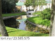 Купить «Парк  с речкой осенью, город Санкт-Петербург», фото № 23585575, снято 24 сентября 2016 г. (c) Азаркевич Андрей / Фотобанк Лори