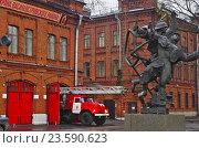 Купить «Памятник пожарным на фоне пожарной части», фото № 23590623, снято 4 ноября 2012 г. (c) Юрий Каркавцев / Фотобанк Лори