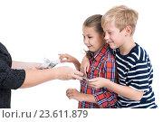 Купить «Радостные брат и сестра берут у мамы из рук деньги на личные расходы, изолированный белый фон», фото № 23611879, снято 24 сентября 2016 г. (c) Кекяляйнен Андрей / Фотобанк Лори
