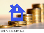 Купить «Синий домик на фоне столбиков из монет», фото № 23619423, снято 12 февраля 2016 г. (c) Сергеев Валерий / Фотобанк Лори