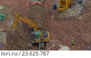 Купить «Excavator loading truck on construction site», видеоролик № 23625787, снято 30 июля 2016 г. (c) Данил Руденко / Фотобанк Лори