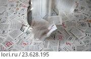 Купить «Падающие календарные листья отрывного календаря и большой будильник», видеоролик № 23628195, снято 17 сентября 2016 г. (c) Элина Гаревская / Фотобанк Лори