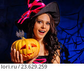 Купить «woman wearing witch hat holding big pumpkin.», фото № 23629259, снято 27 сентября 2012 г. (c) Gennadiy Poznyakov / Фотобанк Лори