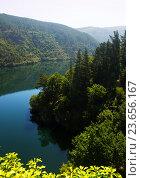 Купить «Mountains lake with steep foresty banks», фото № 23656167, снято 21 октября 2018 г. (c) Яков Филимонов / Фотобанк Лори