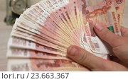 Купить «Деньги раскладываются веером в руках и кладутся на стол», видеоролик № 23663367, снято 25 сентября 2016 г. (c) Элина Гаревская / Фотобанк Лори
