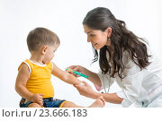 Купить «doctor vaccinating child», фото № 23666183, снято 3 сентября 2014 г. (c) Оксана Кузьмина / Фотобанк Лори