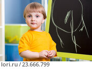 Купить «kid boy chalk drawing on board», фото № 23666799, снято 19 апреля 2014 г. (c) Оксана Кузьмина / Фотобанк Лори