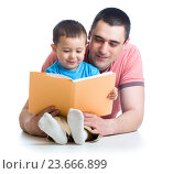 Купить «dad reading a book to kid», фото № 23666899, снято 14 апреля 2014 г. (c) Оксана Кузьмина / Фотобанк Лори