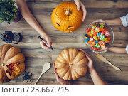family prepares for Halloween. Стоковое фото, фотограф Константин Юганов / Фотобанк Лори