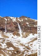 Купить «Склон горы Эльбрус. Сход маленькой лавины с гребня горы», фото № 23668543, снято 1 мая 2015 г. (c) Parmenov Pavel / Фотобанк Лори