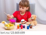 Купить «Девочка рисует красками», фото № 23669699, снято 18 марта 2015 г. (c) Sergey Gerashchenko / Фотобанк Лори
